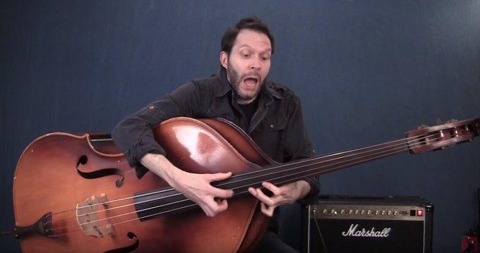 コントラバスをピック弾きするポール・ギルバート