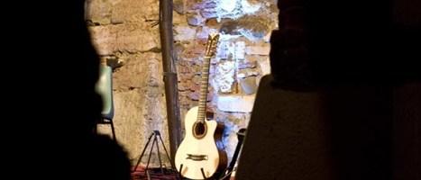 Un open mic di chitarra acustica al ristorante AL GRASPO DE UA di Venezia