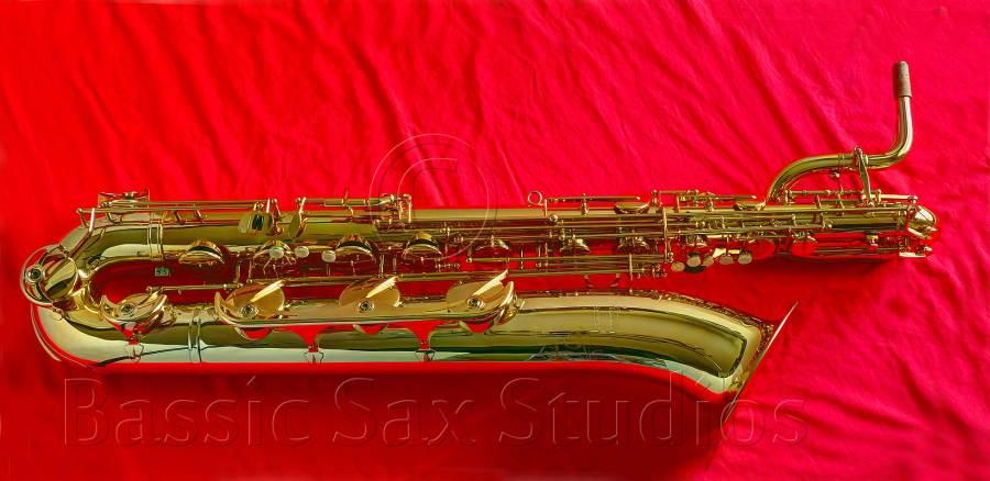 Medusa baritone, B&S Medusa bari sax, Medusa bari sax model 3256, gold lacquer bari sax, red background