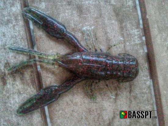 Amostras de vinil bastante realistas, como estes lagostins da Yum podem ser alteradas para simular um lagostim débil e em dificuldades