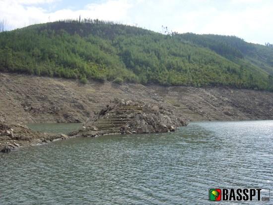 Observar uma barragem com baixo nível de água ajudará a localizar boas estruturas