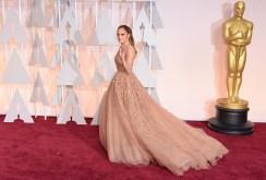 Jennifer Lopez in Elie Saab Couture. L'abito è semplicemente divino (per forza, è un Elie Saab!), ma il colore proprio non mi piace su JLo, è troppo simile al suo incarnato.