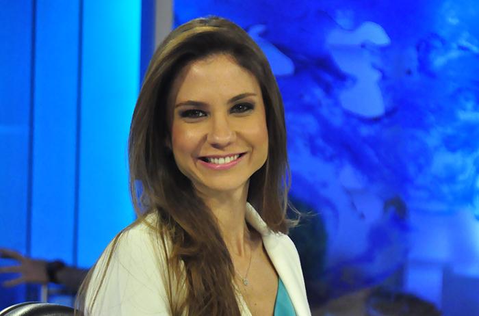 """Amanda Klein apresenta o """"É Notícia"""" na RedeTV!. Foto: RedeTV!/Fernanda Simão"""
