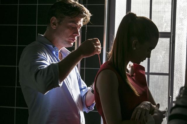"""Arthur (Fábio Assunção) costura o vestido de Eliza (Marina Ruy Barbosa) em cena de """"Totalmente Demais"""". Foto: Globo/Raphael Dias"""
