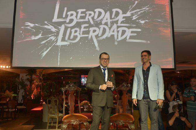 (Vinicius Coimbra e o autor Mario Teixeira/João Miguel Júnior/Globo)