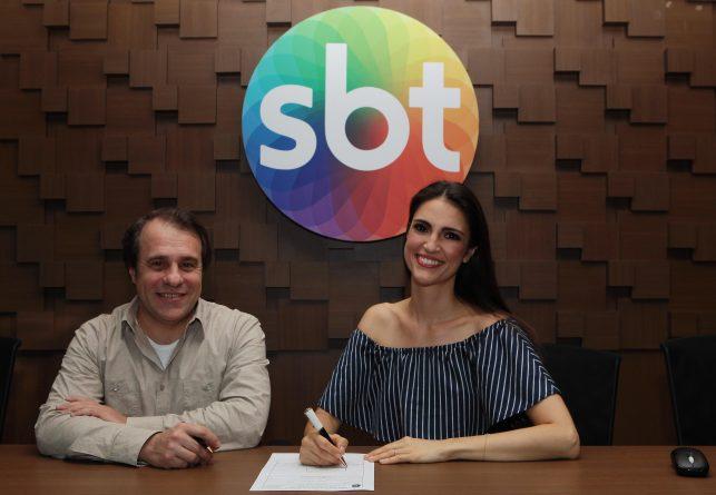 Chris Flores assina contrato ao lado do Diretor de Planejamento Artístico e de Criação Fernando Pelegio. Foto: Cauana Fernandes/SBT