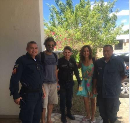 Domingos Montagner e Camila Pitanga com policiais em Canindé Foto: reprodução/instagram