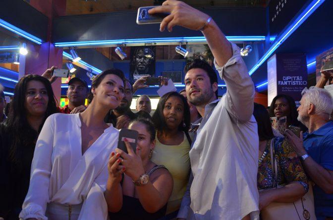 """Camila Rodrigues e Sergio Marone no lançamento do filme """"Os Dez Mandamentos"""", em Portugal. Foto: Divulgação/Record"""
