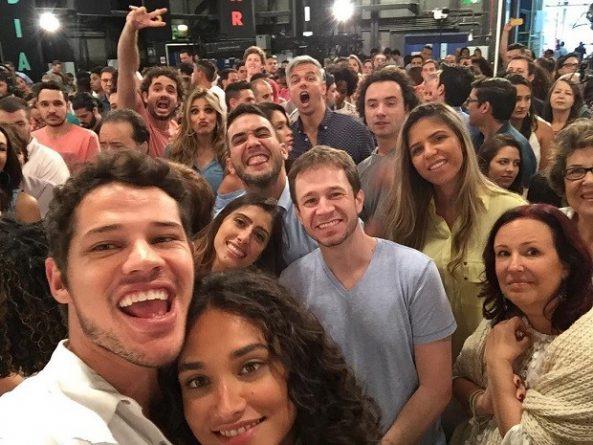 Artistas da Globo durante gravação da mensagem de fim de ano da emissora; atores reclamaram de antipatia de músicos. Foto: Reprodução