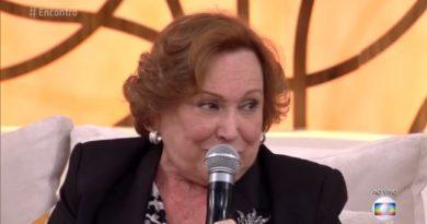 Atriz Nicette Bruno emociona em discurso contra a homofobia