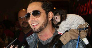 Cansado de suas músicas, macaco do Latino quer novo dono