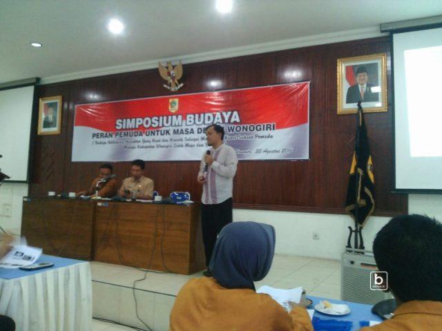 salah satu pembicara dalam simposium budaya, Supomo, S.S.