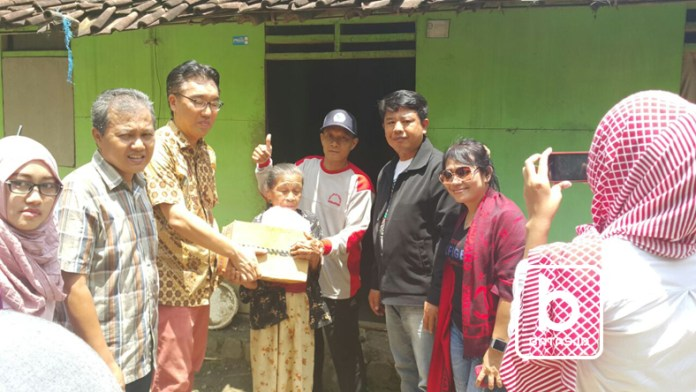 ©batas.id/reymond supriyanto/penyerahan paket bantuan kepada mbah tukiyem, ngrandu, kismantoro