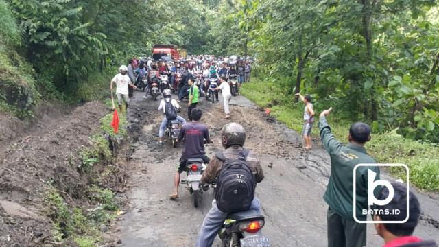 ©batas.id/jalan yang amblas sering terjadi kemacetan
