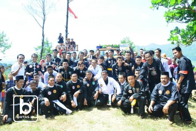 para pesilat dari berbagai perguruan yang hadir di desa jonggol/foto siswandi/©batas.id