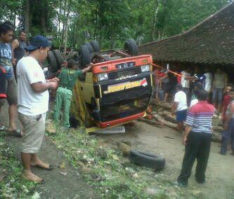 Truk terguling persis dihalaman rumah warga/foto : suradi ©batas.id