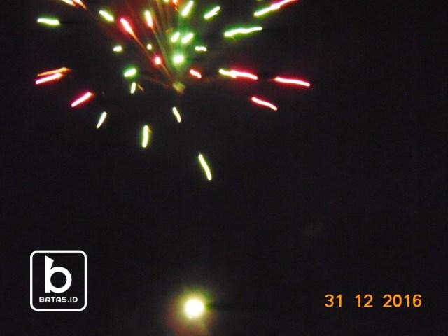 Kembang api yang dibakar menyebabkan banyak sampah/foto: edy s ©batas.id
