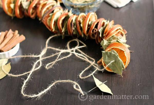 Dried-Orange-Garland-Bay-Leaves-gardenmatter.com_-800x543