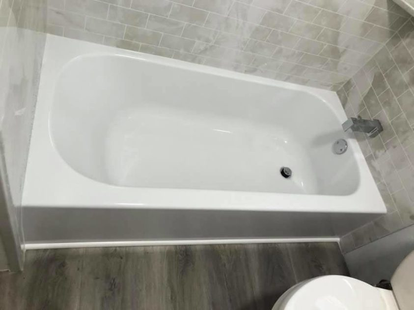 tub replacement in a bathroom