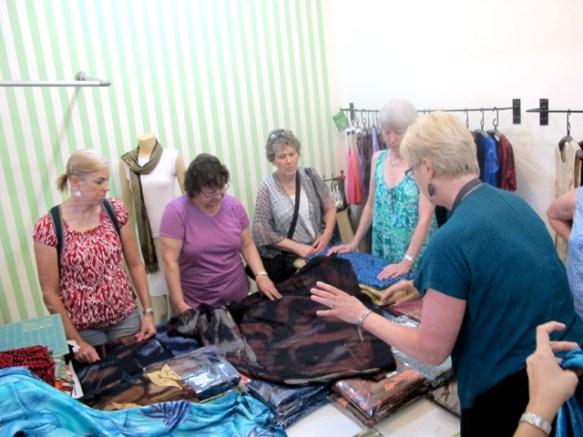 Melihat Produk Batik