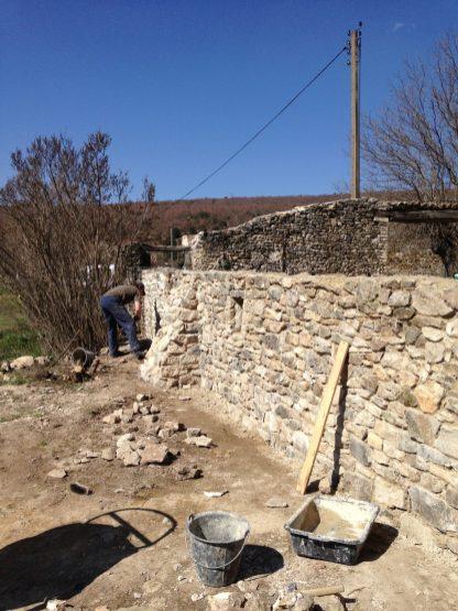 Contrefort d'un mur pierre maçonné à la chaux