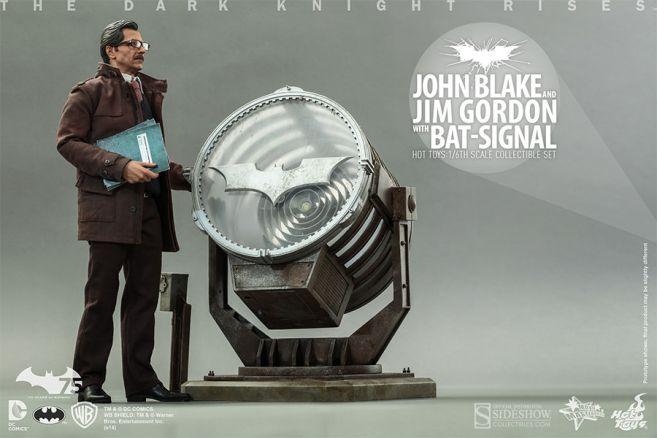 902303-john-blake-and-jim-gordon-with-bat-signal-005