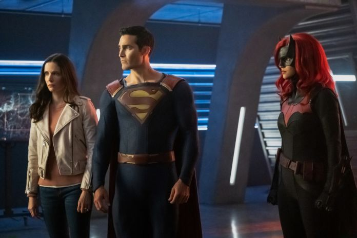 "Supergirl — ""Crisis on Infinite Earths: Part One"" — Image Number: SPG509b_0158r.jpg — Pictured (L-R): Elizabeth Tulloch as Lois Lane, Tyler Hoechlin as Clark Kent/Superman and Ruby Rose as Kate Kane/Batwoman — Photo: Katie Yu/The CW — © 2019 The CW Network, LLC. All Rights Reserved."