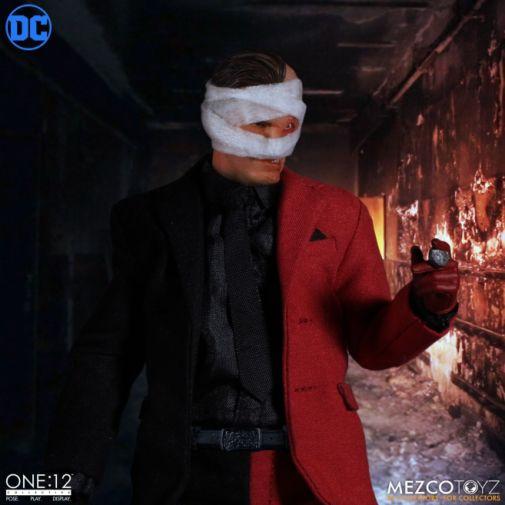Mezco Toyz - Batman - Two-Face - 11