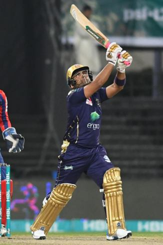 Umar Akmal receiving help from Sir Vivian Richards, Moin Khan, Abdul Razzaq and Azam Khan Pakistan Super League PSL Quetta Gladiators Pakistan cricket