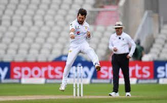 Saeed Ajmal gives Yasir Shah advice on how to avoid being hit for boundaries