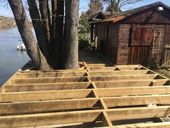 Terrasse bois sur mesure autour d'un arbre