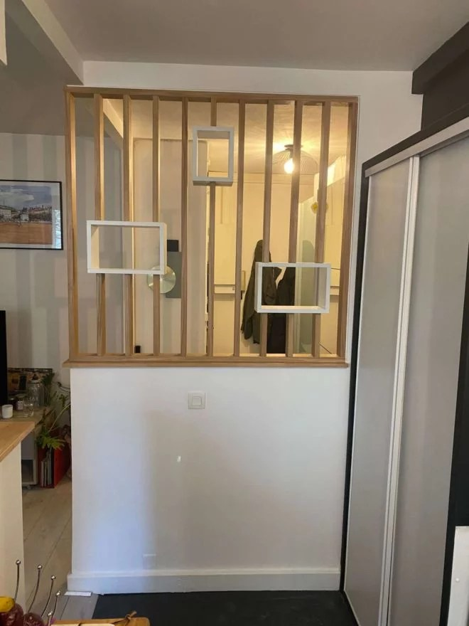 Claustra vertical bois avec niche aménagement 91