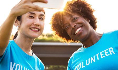 women volunteering