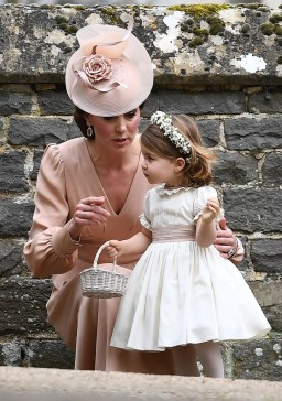 Kate Middleton conversa com princesa Charlotte