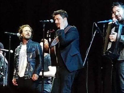 Eddie Vedder e Mumford & Sons participam de show do U2. Assista o vídeo!