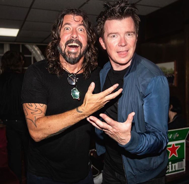 Dave Grohl e Rick Astley