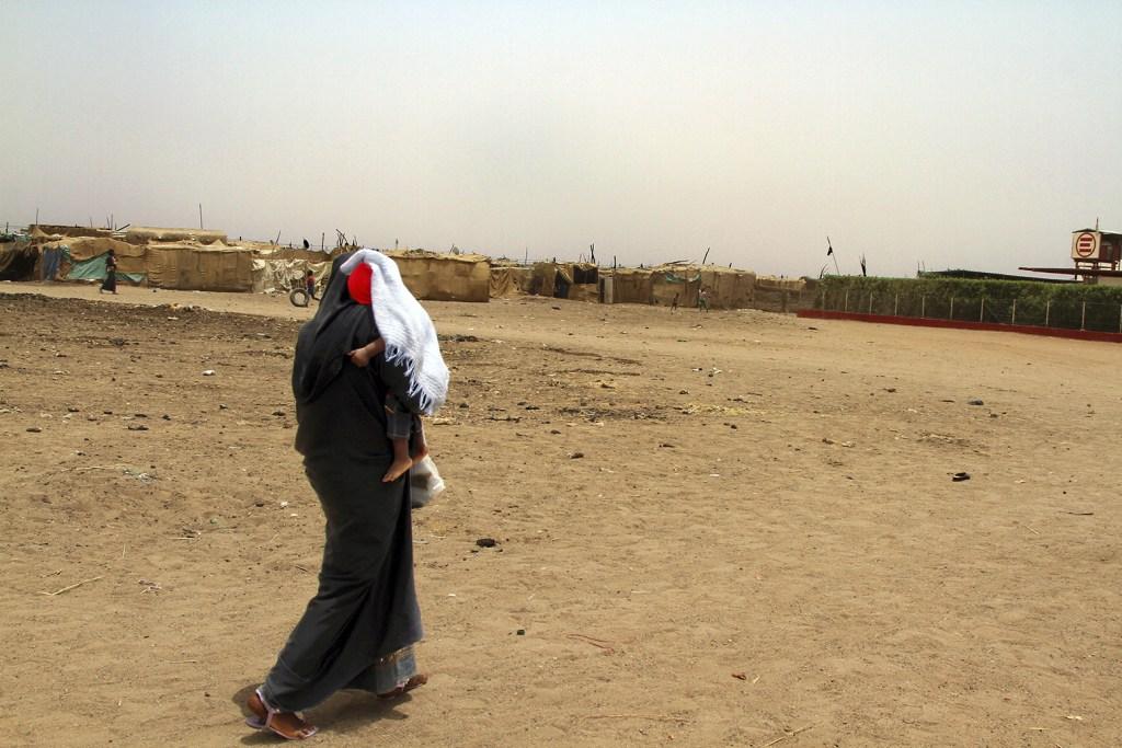 BaudouinMouanda_01_Une jeune mère soudanaise se dirige au centre pédiatrie estalé dans les périphérique de Khartoum, Mayo_BaudouinMouanda_12