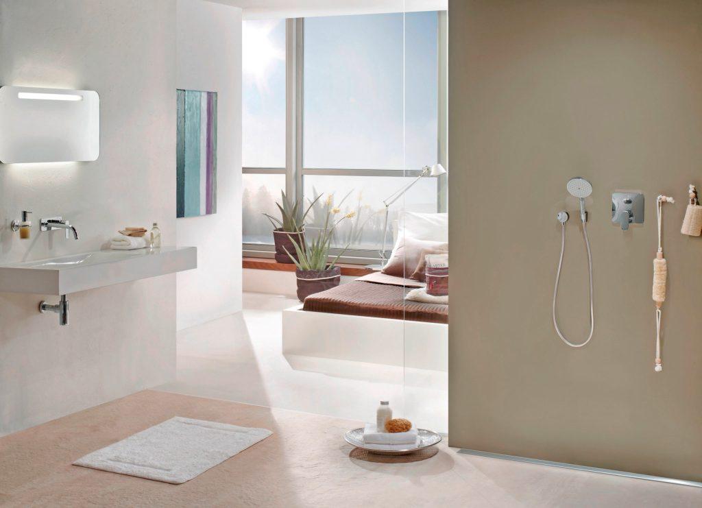 Eine bodengleiche Dusche lässt das Badezimmer großzügiger wirken und ist komfortabel für alle Nutzer.
