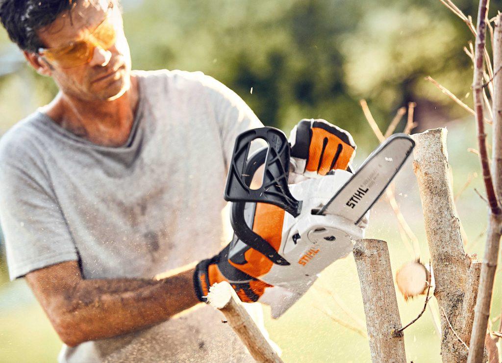 Das Frühjahr ist ein guter Zeitpunkt für einen kräftigen Rückschnitt - damit Bäume und Sträucher wieder kräftig austreiben können.