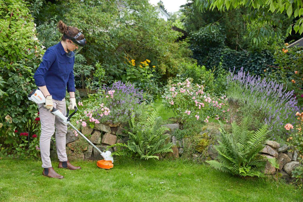 Trockenmauern geben Gärten eine klare Struktur und lassen eher kleinere Flächen großzügiger wirken. Mit einer Akku-Motorsense lässt sich unerwünschter Wildwuchs auch auf engem Raum schnell und einfach beseitigen - Kleiner Garten