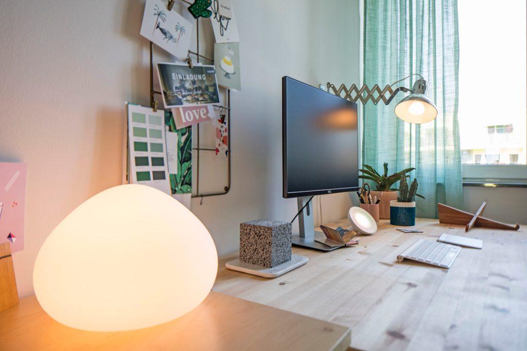 Flatscreen, Rechner, Mobilgeräte, dezentrale LED-Beleuchtungen und weitere elektrische und elektronische Verbraucher benötigen Kommunikations- und Stromanschlüsse im Haus und eine gute Elektroinstallation