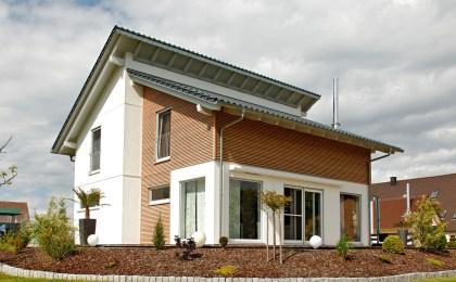 Bei einem Frühjahrs-Rundgang um das eigene Haus sollten Immobilienbesitzer auch an einen kostenlosen Sicherheits-Check vom Fachmann denken. Dieser deckt Sicherheitslücken auf.