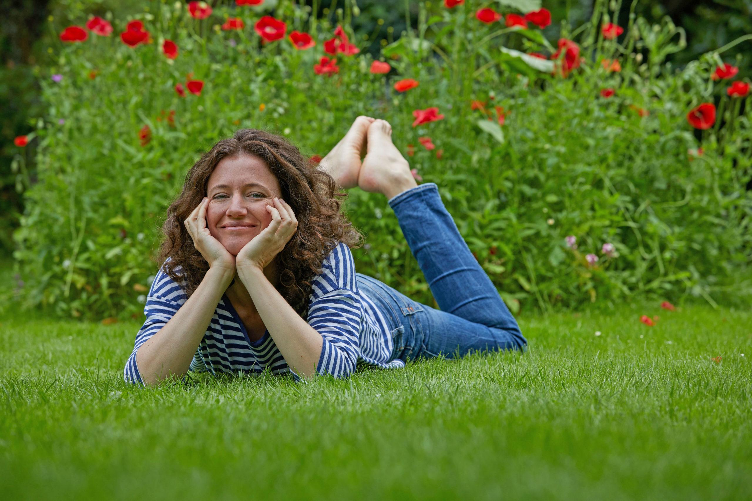 Dem Rasen im Frühjahr zu frischen Kräften verhelfen