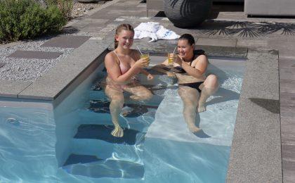 Freundinnen im Pool - Wärmepumpe Poolheizung