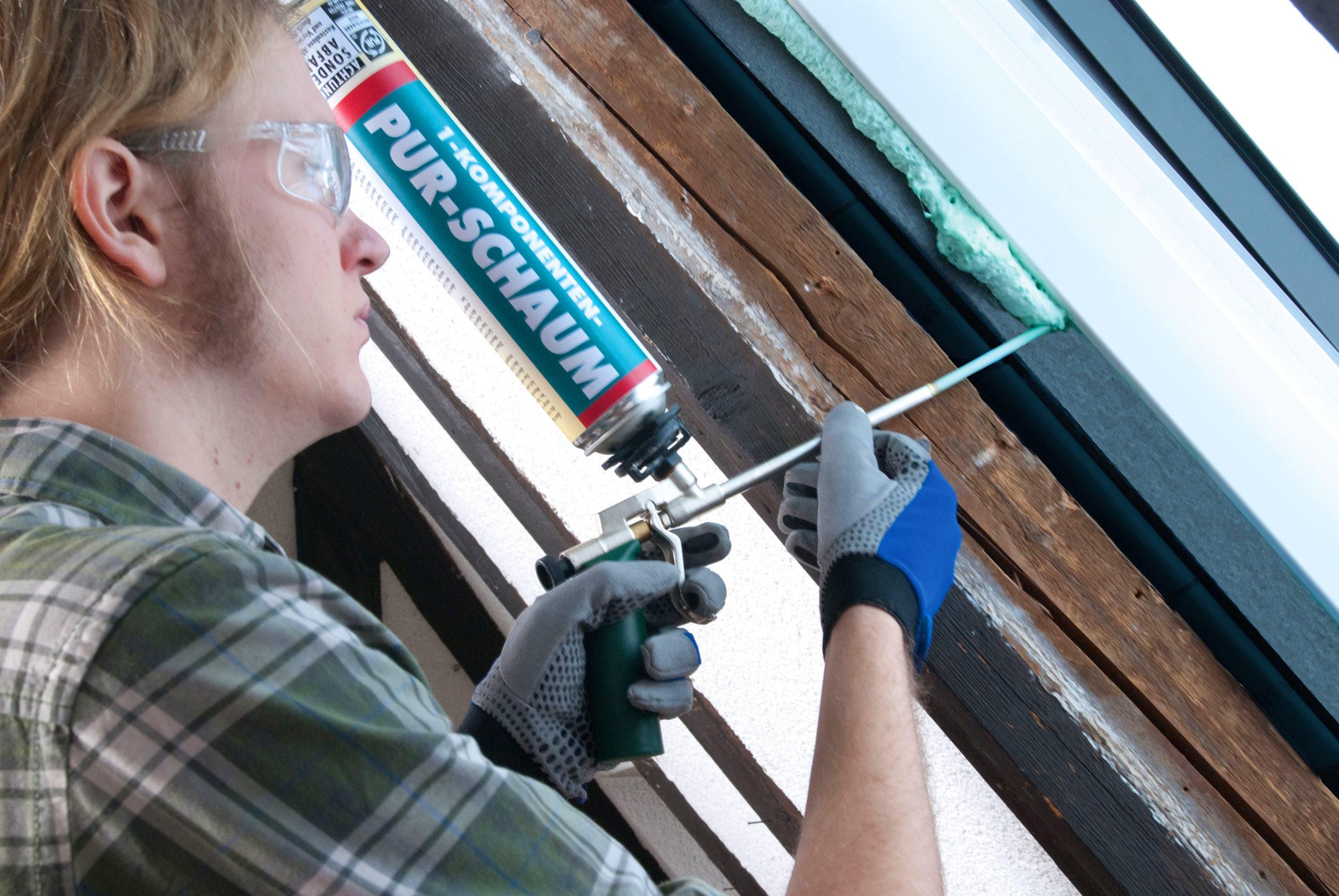Handwerker dichtet Fenster mit Fugendämmung