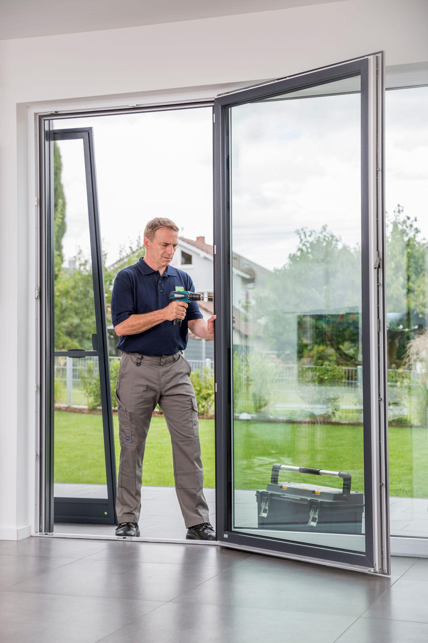 Großzügige Glastüren werden mit Insektenschutz ausgestattet