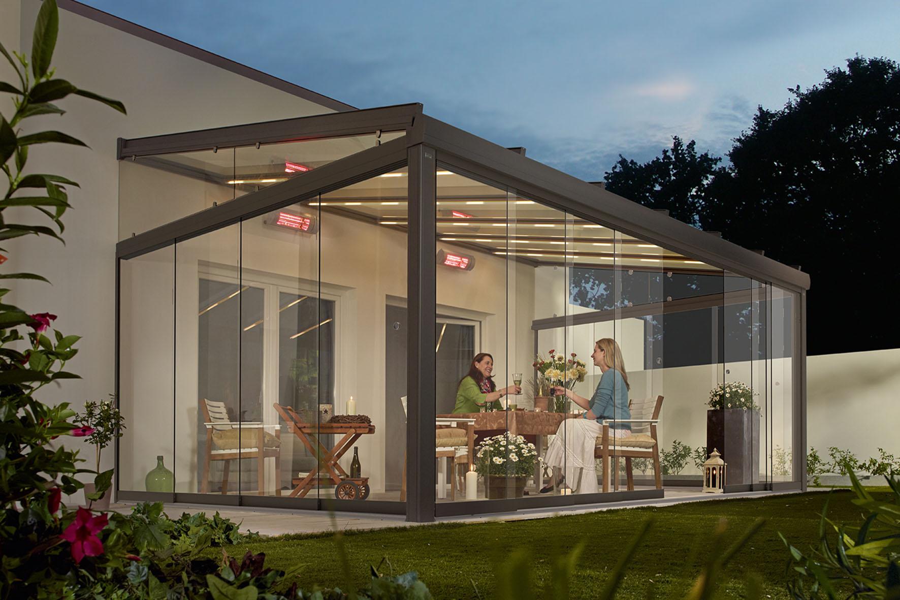 Terrasse mit Glasdächern geschützt