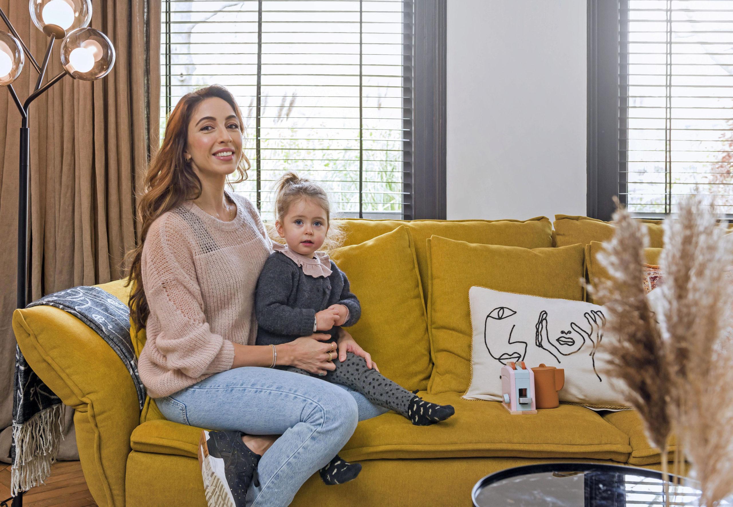 Mutter mit Tochter auf dem Sofa
