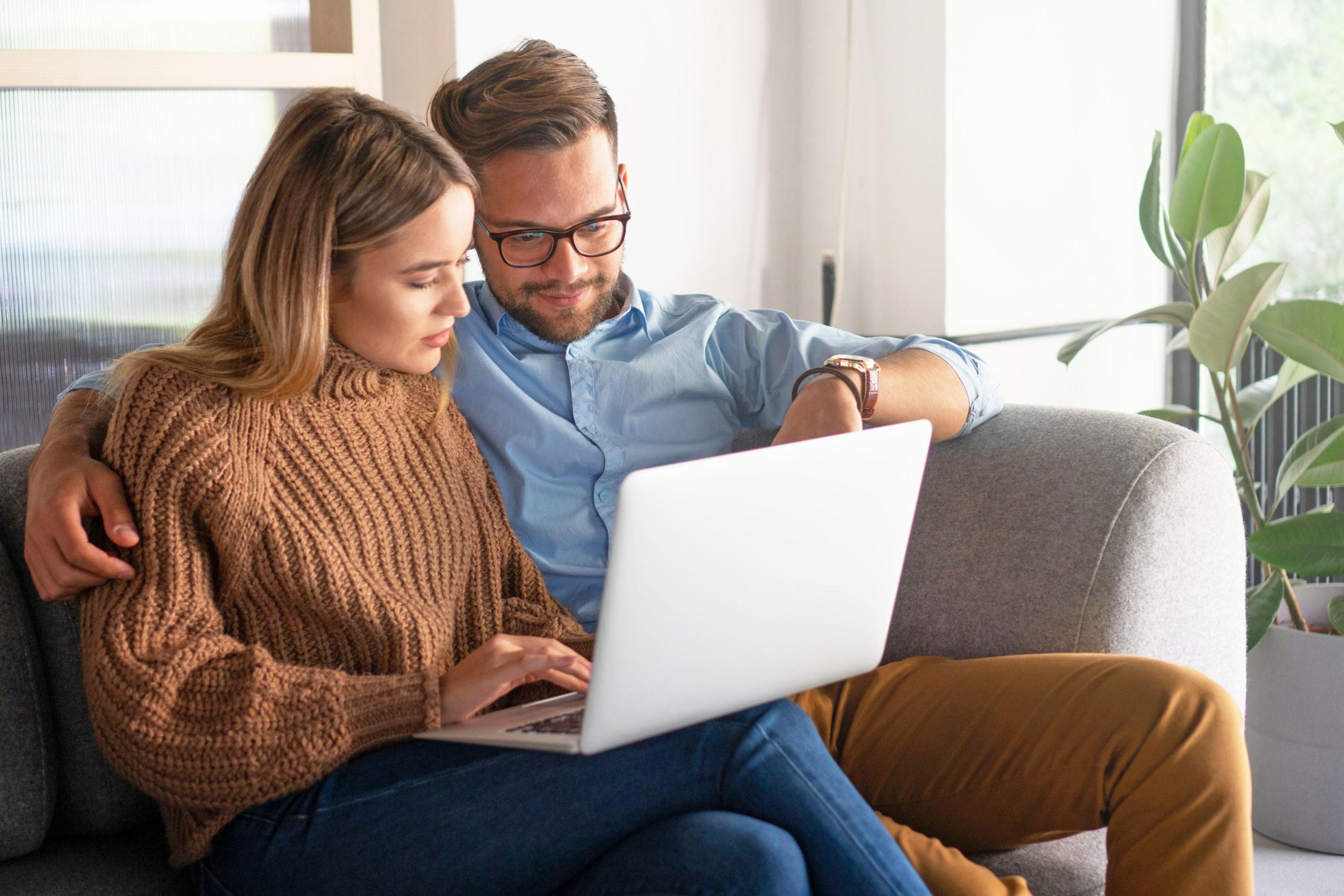 Paar nutzt Online-Planer für das Wasserbett