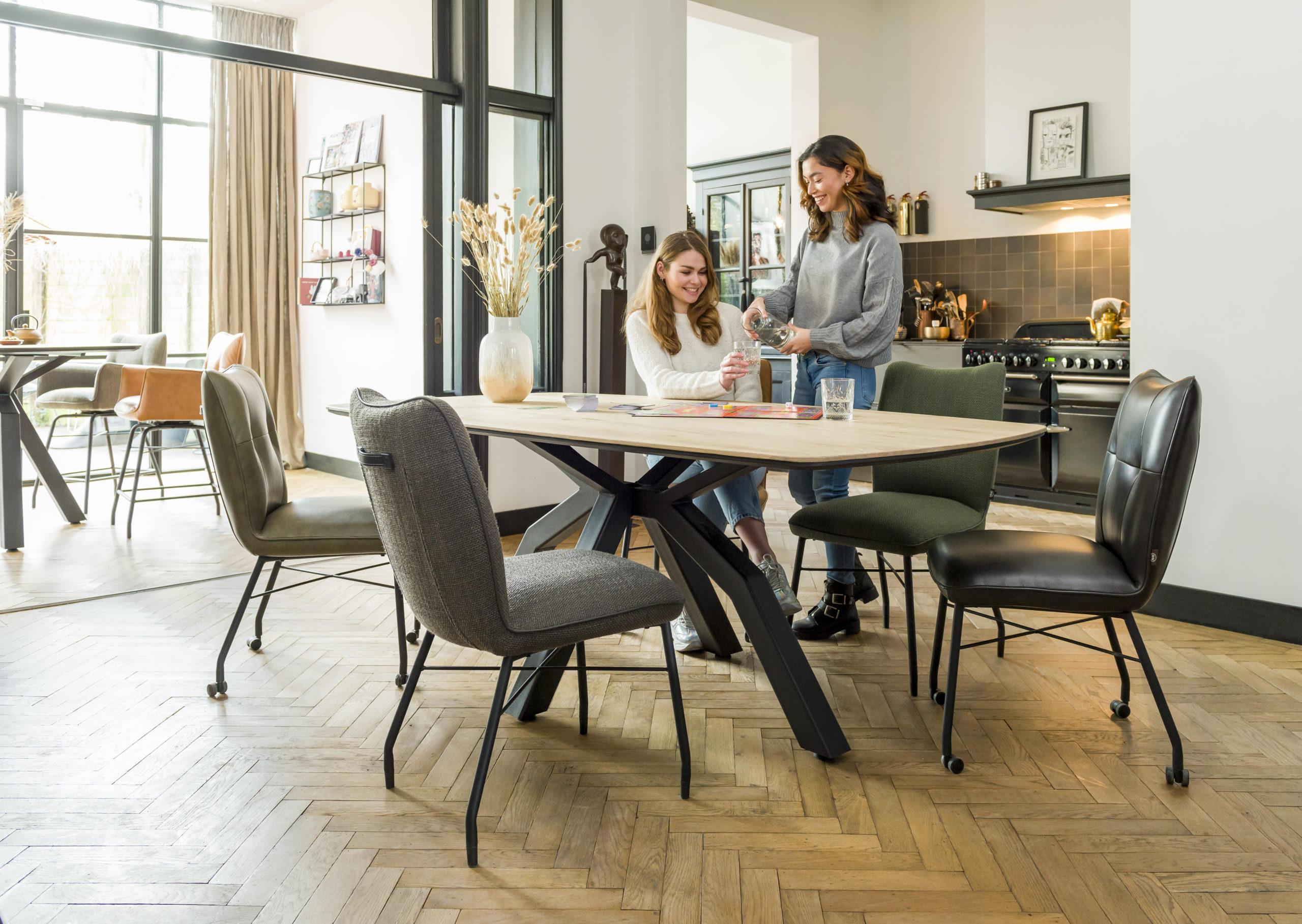 Wohnräume optisch miteinander verbinden durch gleiche Möbel
